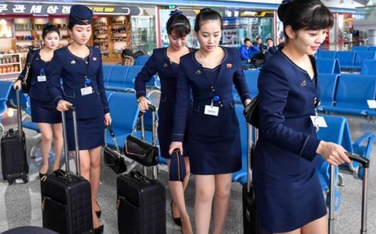 朝鲜空姐着新版制服亮身机场 靓丽身影吸引眼球