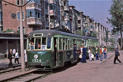 八十年代初古樸環保的城市公交車