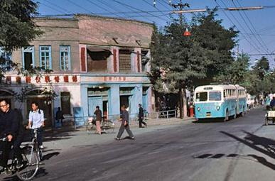 八十年代初古朴环保的城市公交车