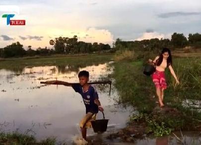 美女带着弟弟捉鱼:在田野里竟干这种事