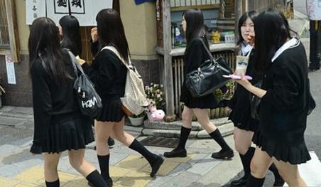 日本女生短裙下隐藏的秘密:看后让人脸红