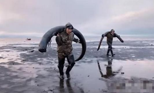农民海边挖土 竟挖出巨额财富