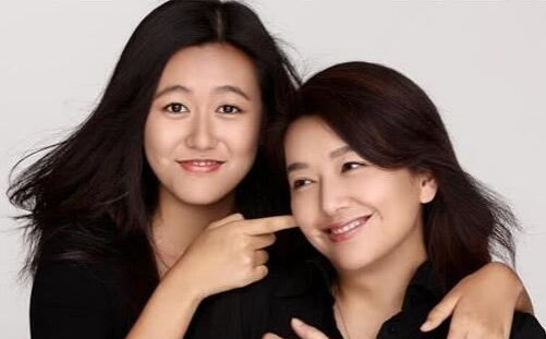 江珊一家近照:小15岁男友比靳东还帅,女儿颜值高