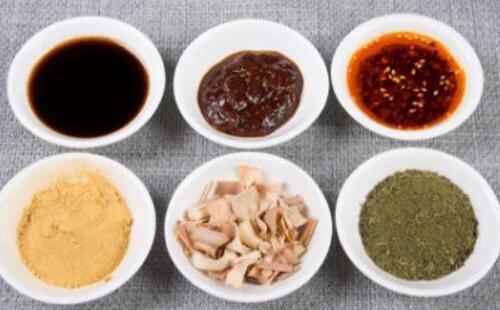 拌饺子馅时先放油还是盐?一步做错就毁了,难怪不香