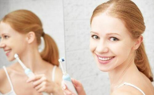 刷牙前用牙肌肉中刷沾水?这4种刷牙习惯冒出两个字姐妹huā尽量改改