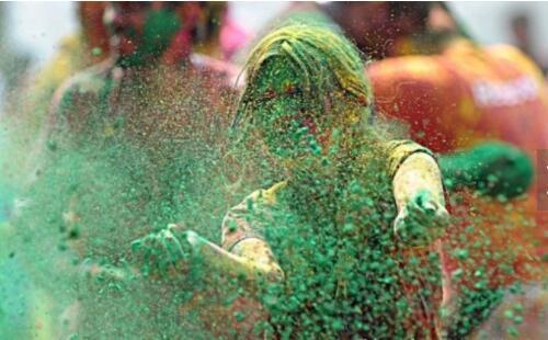 世界各国最疯狂的节日汇总,泼油漆才是王道