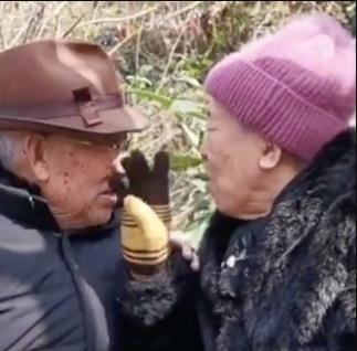 80岁爷爷90岁奶奶重逢,五十年后再见都已经白头