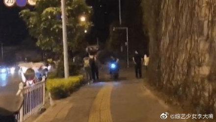 赵丽颖冯绍峰牵手逛街,有翡刚杀青就迫不及待见面了
