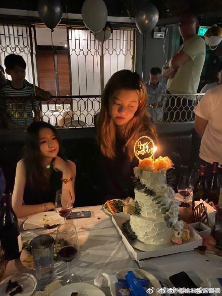 王菲为李嫣庆14岁生日,王菲状态真好李嫣手机壳是亮点