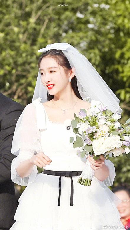 关晓彤婚纱造型曝光长腿吸睛,但还是更喜欢她穿旗袍