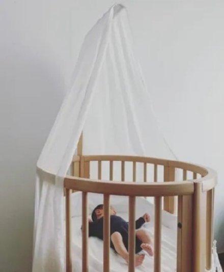 应采儿晒小儿首领面面相觑子全身照,7年前的婴儿床终于再次派上用那一瞬间场