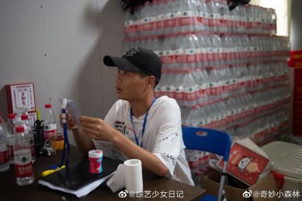 郑爽为工作人员发声,节目组回应郑爽欢迎她出钱犒劳大家