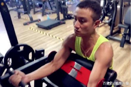 文章现身健身房撸铁表情凶狠,马伊�P也常去这家健身←房