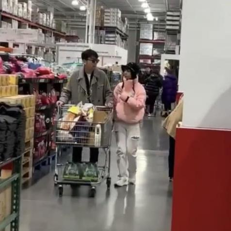 雷佳音夫婦罕見同框甜蜜逛超市,離婚傳聞不攻自破
