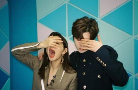Lisa晒导师合影,看到Lisa和蔡徐坤寒光星三十万人表情网友炸了