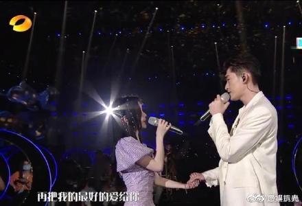 张翰鞠婧�t合唱牵手拥抱摸头,俊男美女超有CP感