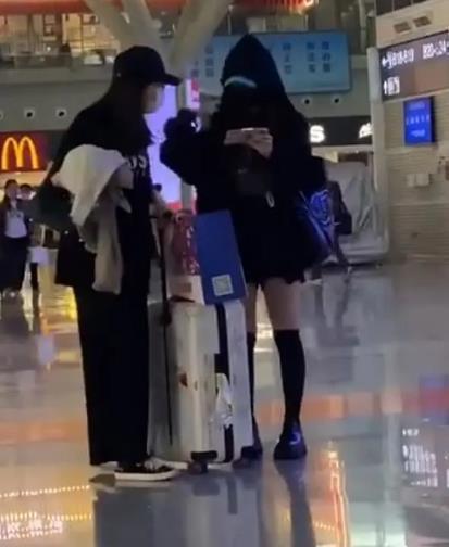 吴昕火车站练舞太拼了,一身黑超酷麻杆腿成亮点