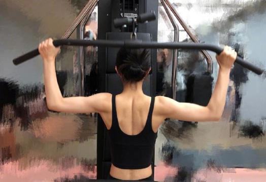赵丽颖机场照曝光,健身后效果显著大秀性感腰线