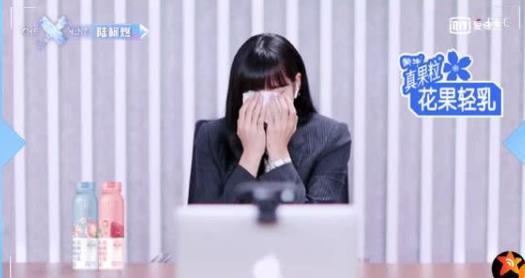 决赛夜Lisa哭出声,陆柯燃最不怕成团Lisa现场�r候落泪画面曝光