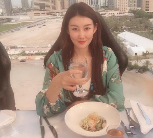 王宝强和女友冯清同框现身,疑似好事将近身高差抢镜