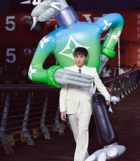 吴亦凡背两米高玩偶走秀惊艳全场,果然帅的男人背什么都帅