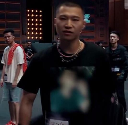 新說唱選手李爾新衣服為何打馬賽克,衣服圖案被曝光